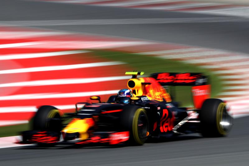 F1スペインGP写真: 土曜日 1(疾走するF1マシン)