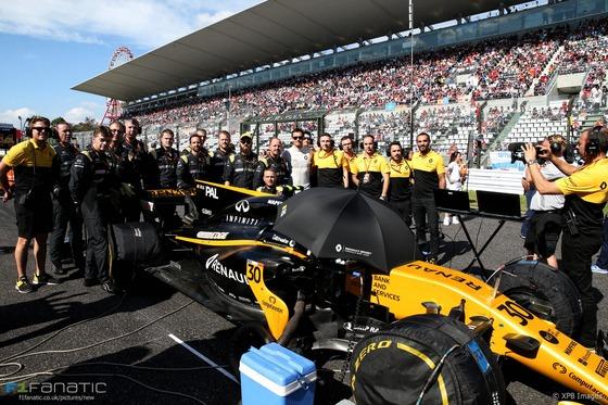 ジョリオン・パーマー、最後F1レース前にルノーのスタッフと記念写真:2017年F1日本GP
