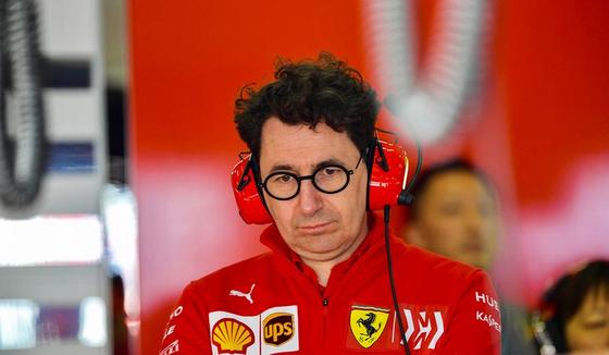 マッティア・ビノット(フェラーリF1チーム代表)、フェラーリSF90を見つめる:2019年F1スペインGP