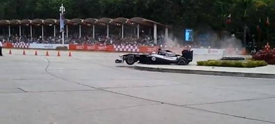 パストール・マルドナド、ベネズエラでの凱旋F1デモ走行でクラッシュ
