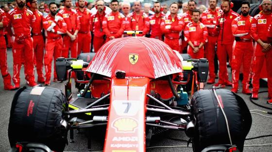 フェラーリのF1マシンに傘をかぶせて車載カメラの映像を妨害する