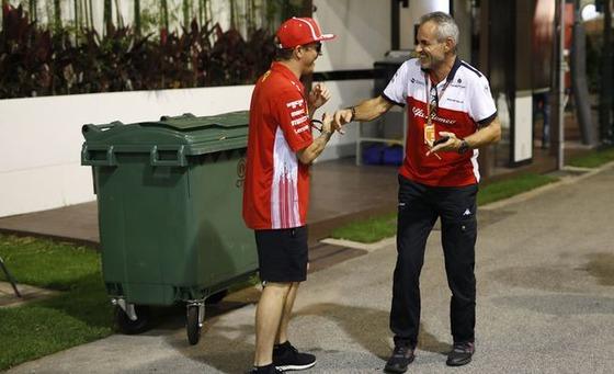 キミ・ライコネン、ザウバーのスタッフと談笑:2018年F1シンガポールGP