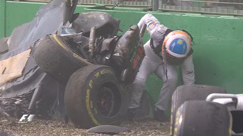 アロンソ、破損したマシンから這い出る - クラッシュ: F1オーストラリアGP