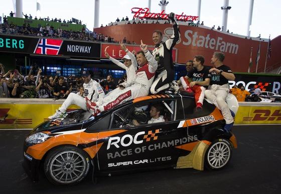 2017年レース・オブ・チャンピオンズ、参加ドライバーがジェンソン・バトンがドライブするマシンの上に
