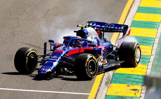 アレックス・アルボン、障壁にクラッシュしてフロント・ウィングを失いコース上にストップ:2019年オーストラリアGP