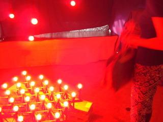 赤い電球のオブジェ
