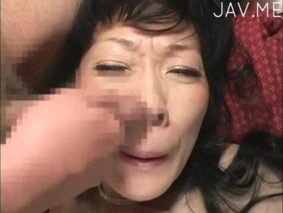 この熟女さんは精子が大好きで顔にかけられるのが大好きみたいです【無料エロ動画】