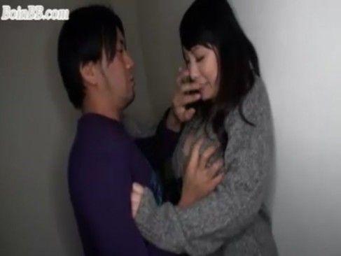 エレベーターでフェラチオしてくれる巨乳なエッチなお姉さんに遭遇【無料エロ動画】