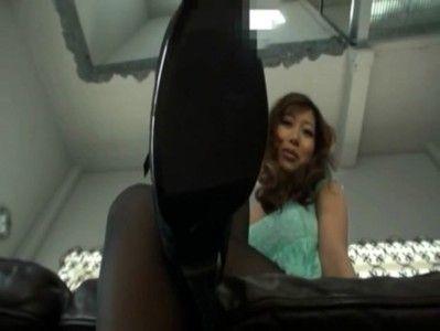 黒いストッキングをはいたまま美脚で足コキしてくれるお姉さん【無料エロ動画】