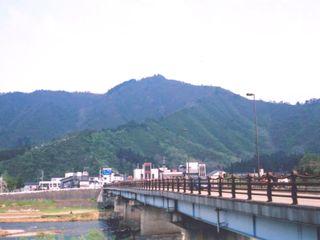 坂戸山と魚野川