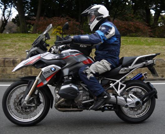 山田純氏の駆るR1200GS。トルクロッドはローダウン用である。