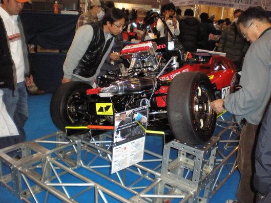 大阪モータショーにて、R-style製マフラーが付いたフォーミュラマシン展示