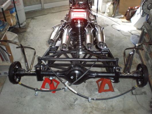 V-MAXトライク フレームとマフラー