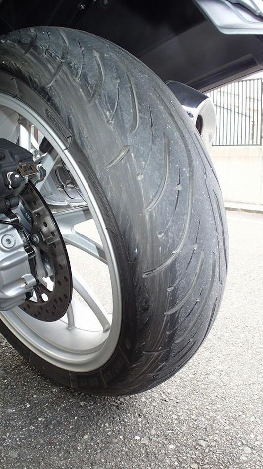 BMW R1200RT 立ちゴケ時のタイヤの摩耗跡