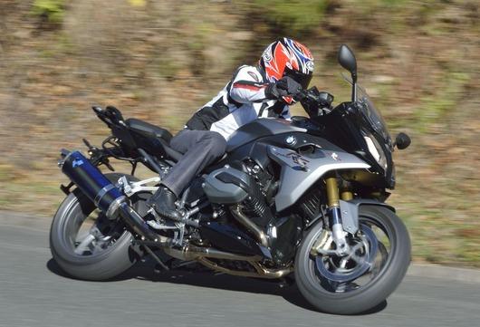 和歌山利宏氏の駆るR1200RS。ハンドリング性能を向上する、ハイアップをテストして頂いた。