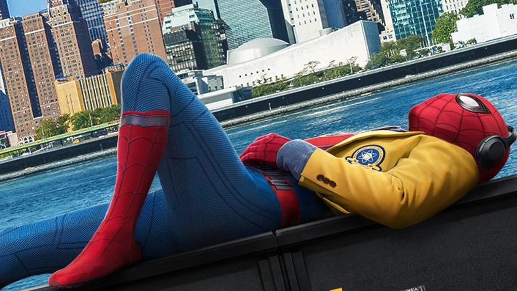 映画『スパイダーマン:ホームカミング』のポスターで使われた写真はトム・ホランドが衣装を着たまま寝ていた時に撮られたものだった!