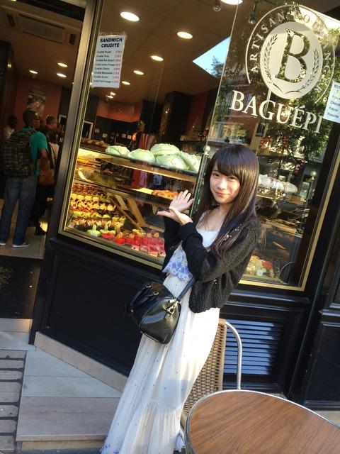 乃木坂秋元真夏がパリで乳こぼれそう服着ててワロタ