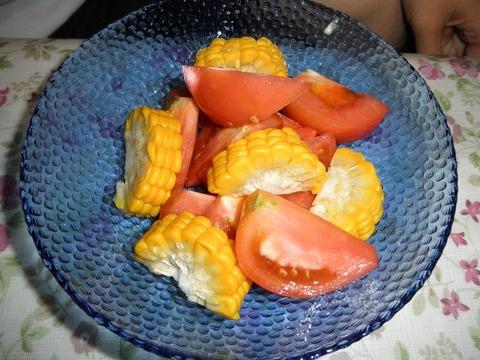 トウモロコシとトマトのサラダ