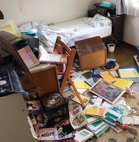 胆振中部地震で家具が散乱した自室