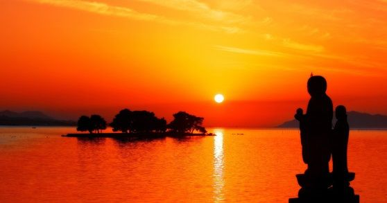 宍道湖の嫁ケ島と袖師地蔵を染める夕日