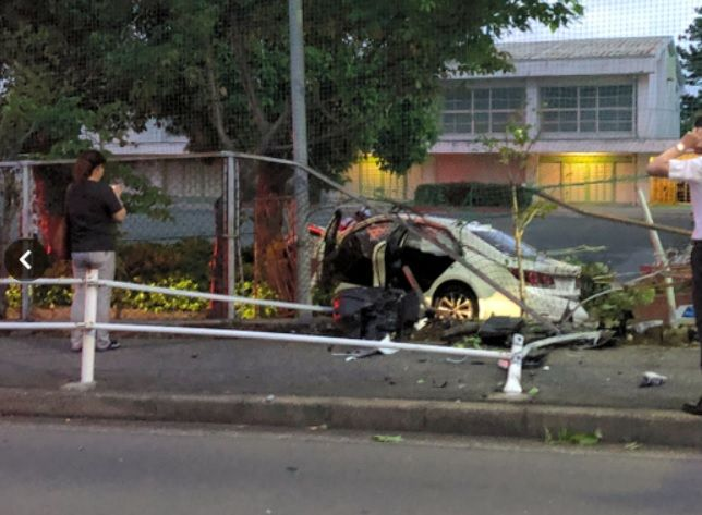 小学校の校庭に突っ込んだ事故車