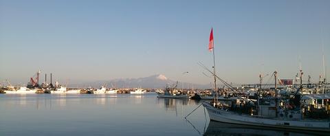 大山を望み漁村の風情漂う(写真)