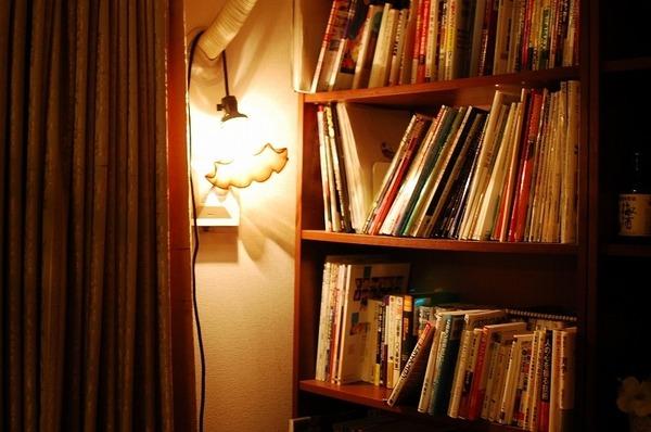 小樽ガラスのライトとIKEAの本棚