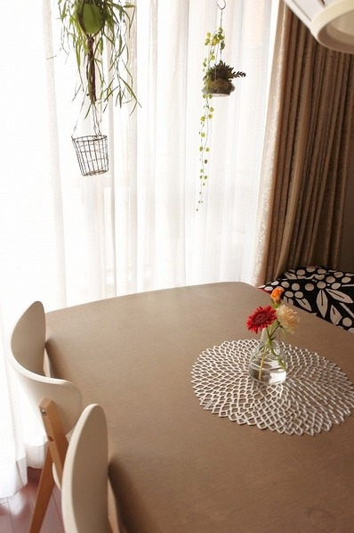 IKEAの家具を使ったダイニングのインテリア(窓に寄せたテーブル)