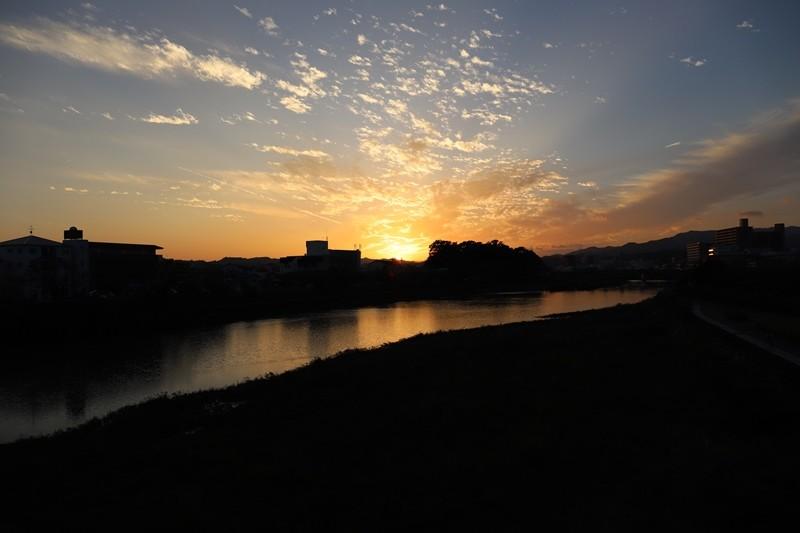 台風一過の月の瀬橋からの夕日