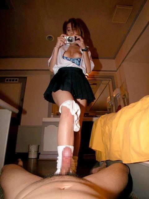 可愛い娘が足でペニスをしごく 足コキ画像
