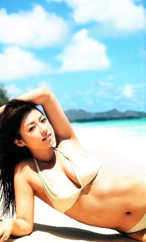 浜辺に寝転がり日差しを一身に受けるセクシーな深田恭子