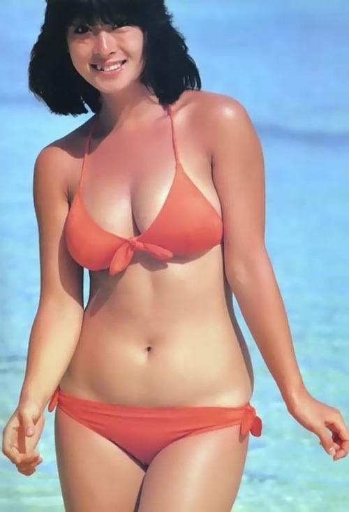 オレンジ色の水着を着る河合奈保子