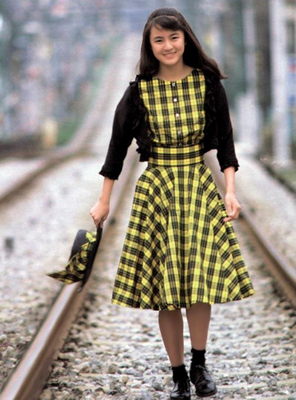 黄色のギンガムチェックのワンピースにで線路を歩くホクロのある藤谷美紀