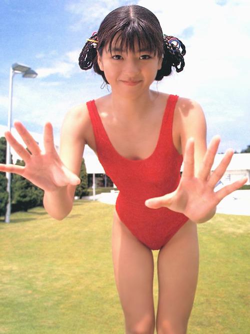 赤い水着を着た中山忍