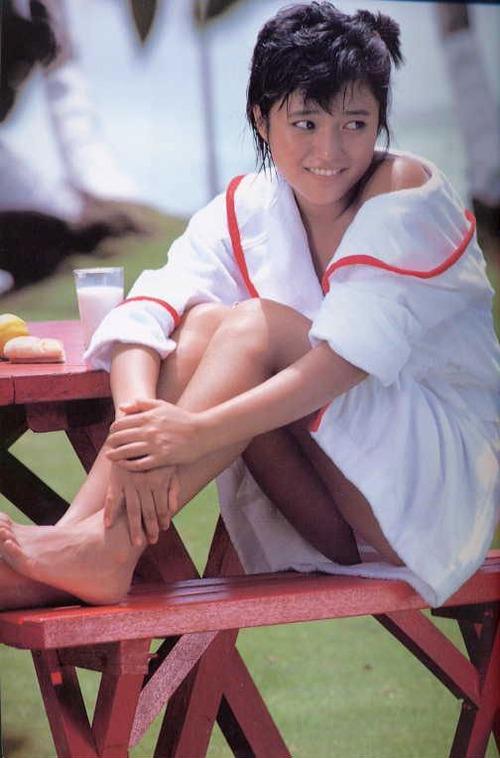 水着の上からバスローブを羽織り座るアイドル時代の三田寛子