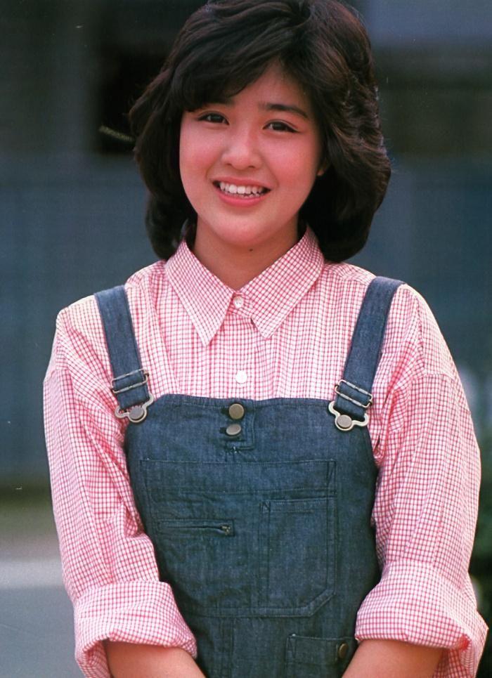 赤いチェック柄のシャツにオーバーオールの可愛い菊池桃子