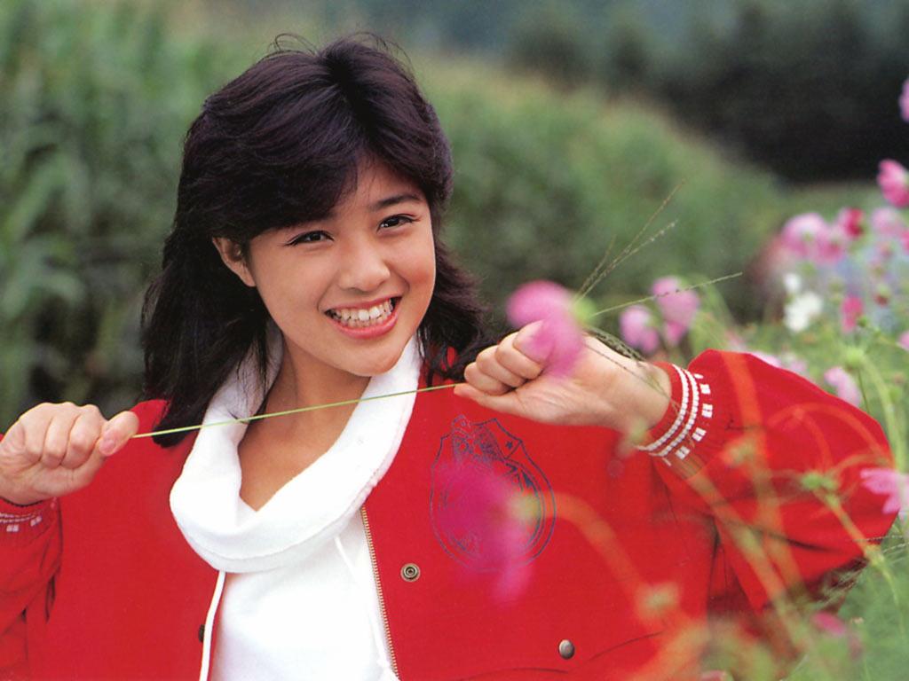 イタズタっ子な笑顔を見せて草をひっぱる菊池桃子