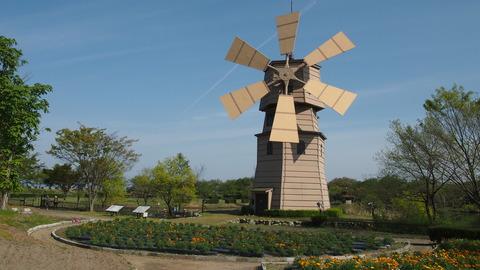 風車と飛行機雲(道の駅しんあさひ風車村)