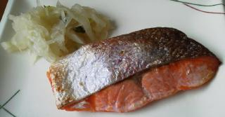 pict-20130610昼食、蒸し鮭と大根千切り