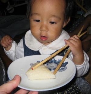 笹団子を必死に箸で食べようとしているチビS
