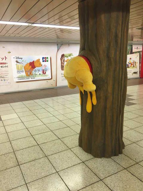 【エンタメ画像】【悲報】くまのプーさん、壁にめり込まされて肉便器と化す!!!!!!!!!!(画像あり)