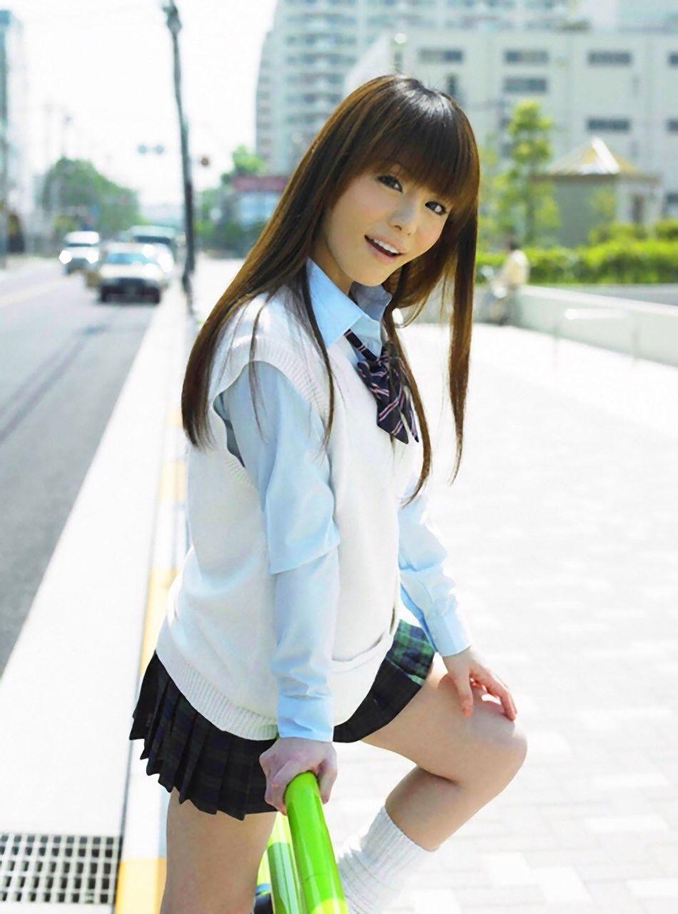【エンタメ画像】【画像】こういう30歳くらいの女性が通学服今時ギャルコスしてるの好き?