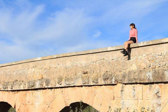 【エンタメ画像】ミニスカートの元水着ギャルが橋の上に座ってると覗きたくなるよね~(画像あり)