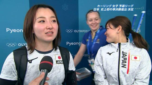 【エンタメ画像】【悲報】カーリング女子の日本代表、質問中にスウェーデン代表とイチャついてしまう (画像あり)