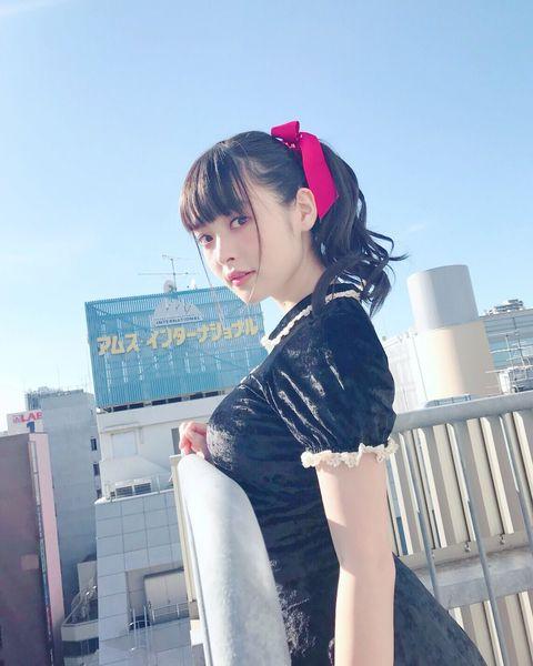 【エンタメ画像】【画像】上坂すみれさん、手すりにお胸を乗せてしまう♪♪♪♪♪♪