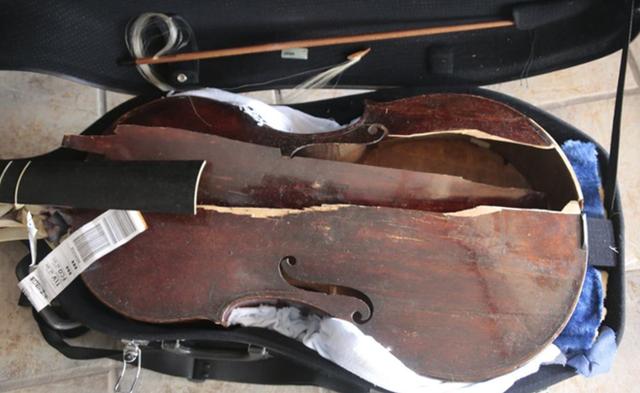 【エンタメ画像】1708年に作られた2300万札の楽器 航空会社に預けたらスタッフの不注意で粉砕 会社は責任無いと主張 (画像あり)