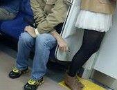 【衝撃】 朝の電車でiPhoneで女の人を盗撮してる奴を捕まえた結果…