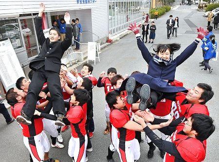 【エンタメ画像】大学の合格発表で制服の学生が胴上げされる これ見えてるだろ ☆☆☆☆☆