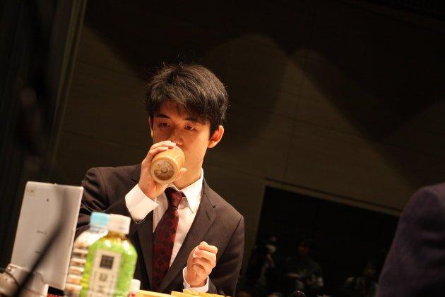 【エンタメ画像】藤井六段「ペットボトルのラベル剥がした方がいいですか?」