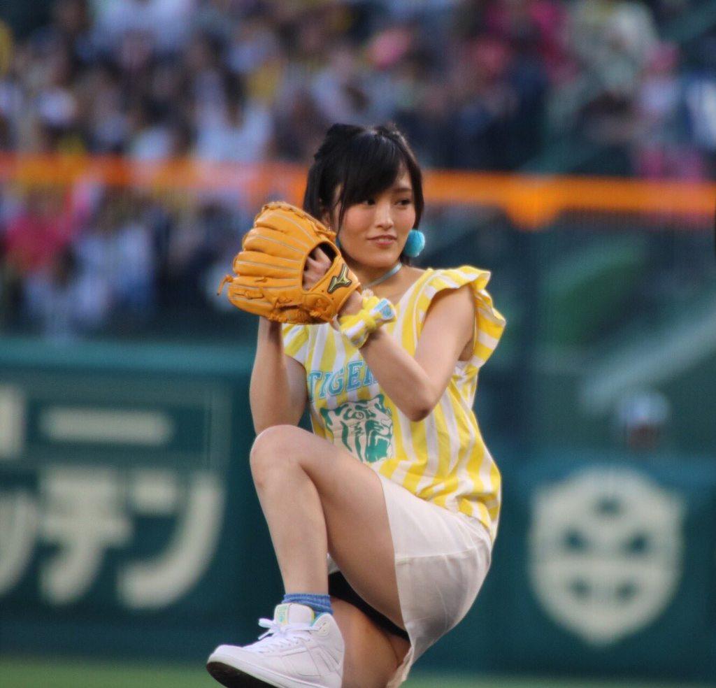 【エンタメ画像】《朗報》山本彩さん、始球式にてとんでもない瞬間を激写される!!!!w【画像あり】